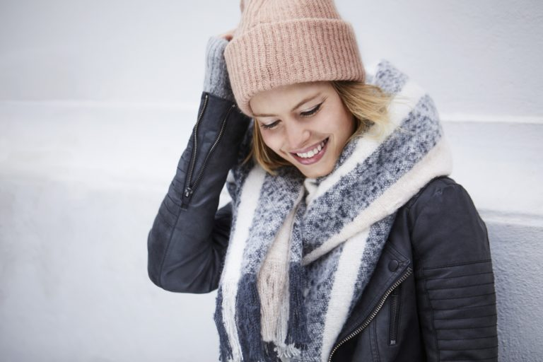 Lächelnde Frau im Winter