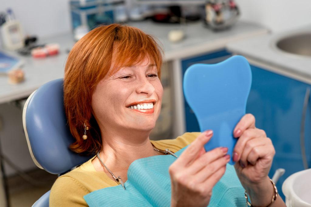 Frau beim Zahnarzt mit Spiegel