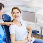 Frau auf dem Behandlungsstuhl beim Zahnarzt