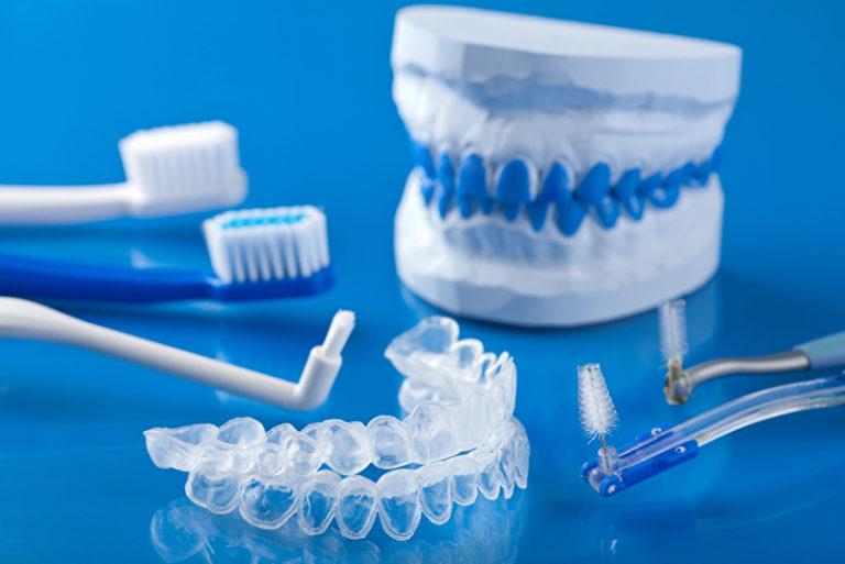 verschiedene Bürsten zur Zahnpflege